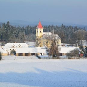 Sníh přišel do České Kanady - kostel v  Matějovci